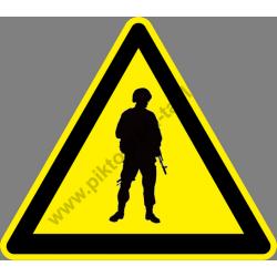 Fegyveres őrrel őrzött terület figyelmeztető piktogram matrica
