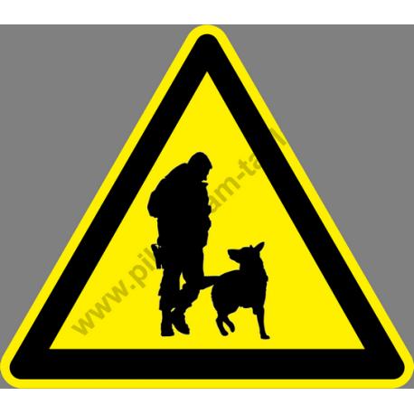 Fegyveres őrrel és kutyával őrzött terület figyelmeztető piktogram matrica