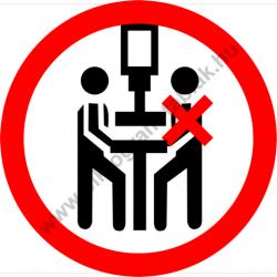 A présgépet csak egy személy kezelheti tiltó munkavédelmi piktogram matrica