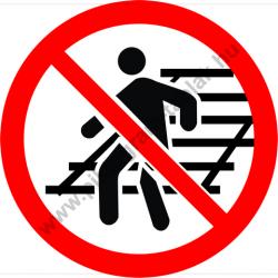 A vágányon átjárni tilos tiltó munkavédelmi piktogram matrica