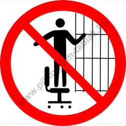 Görgős lábú székre felmászni tilos tiltó munkavédelmi piktogram matrica