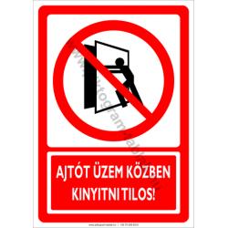 Ajtót üzem közben kinyitni tilos tiltó munkavédelmi piktogram tábla